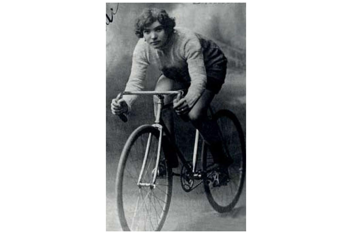 """Ma dove vai bellezza in bicicletta  """"Al Giro d Italia"""" 4a75ab08e68"""